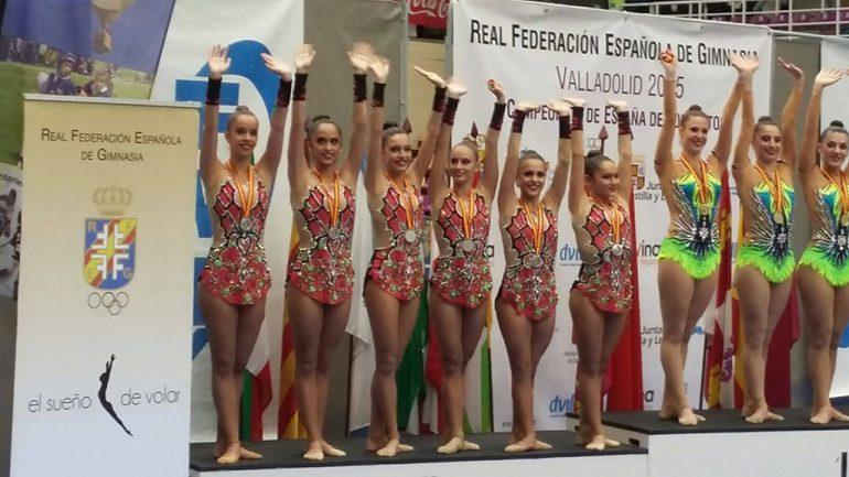Laura Crespo con su equipo del Club Ribarroja