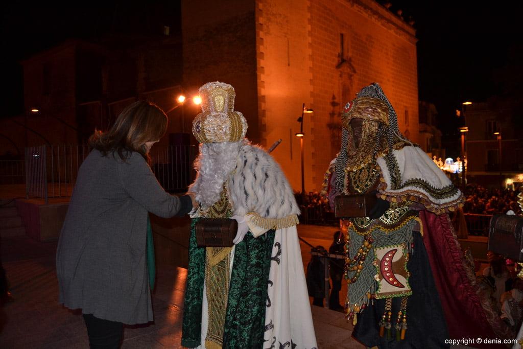 Cabalgata Reyes Magos 2015 – Los Reyes con la alcaldesa