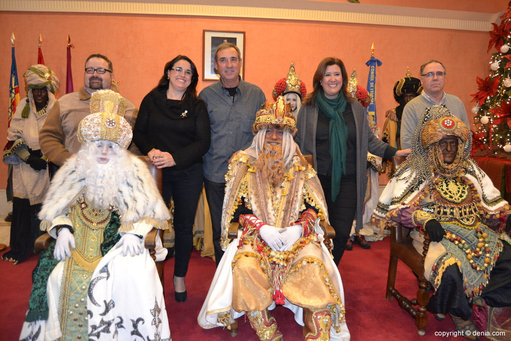 Cabalgata Reyes Magos 2015 – los reyes con algunos concejales