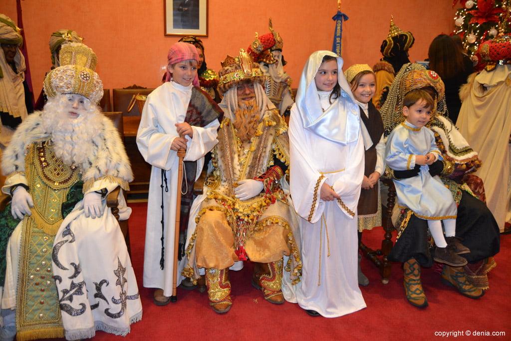 Cabalgata Reyes Magos 2015 – los reyes con el belén viviente
