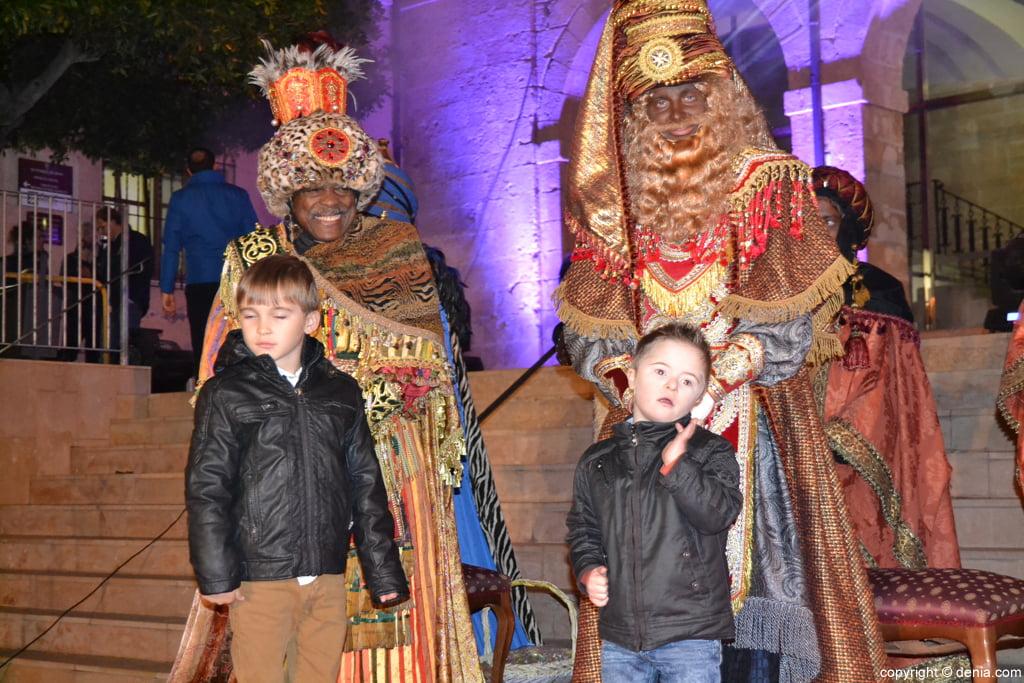 Cabalgata Dénia 2016 – Los Reyes saludan a los niños y niñas