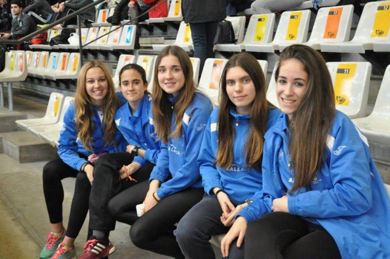 Jóvenes atletas del CA Baleária Diánium en el velódromo Lluis Puig