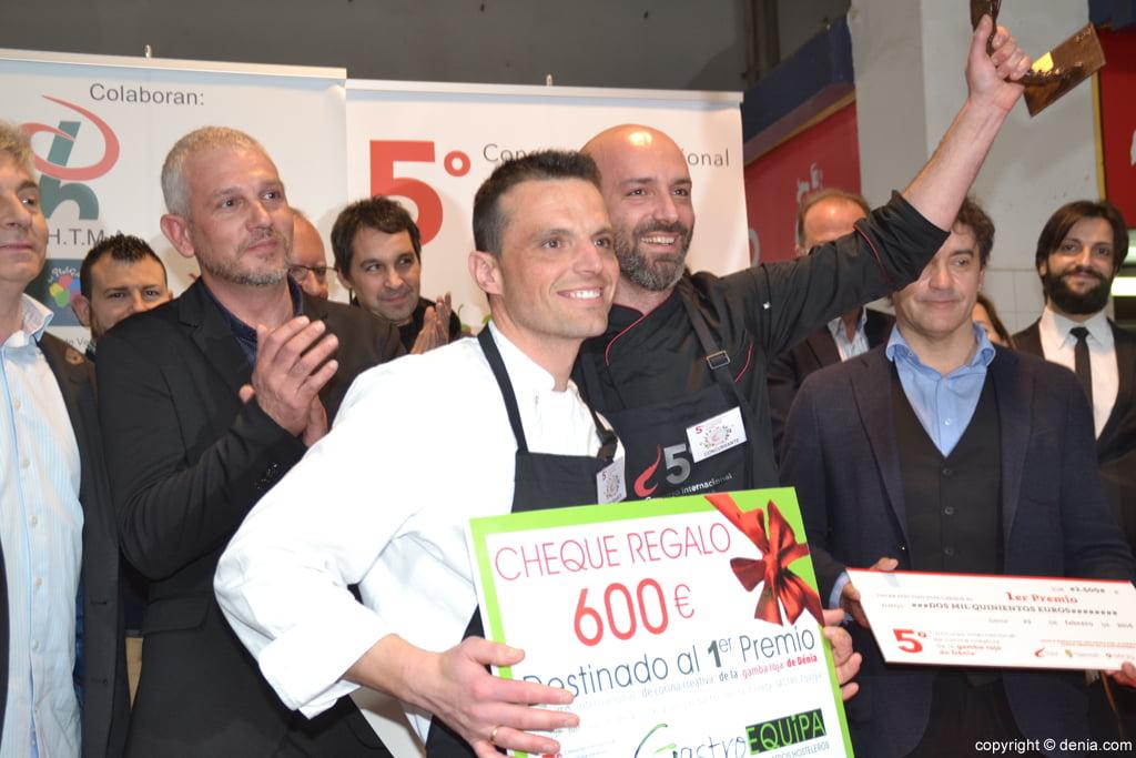5º Concurso Internacional de Cocina Creativa de la Gamba Roja de Dénia – Álvaro Abad y su ayudante