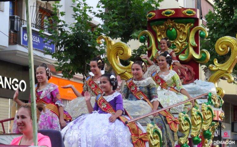 Carrozas Dénia 2015 - Fallera Mayor Infantil de Dénia y corte de honor
