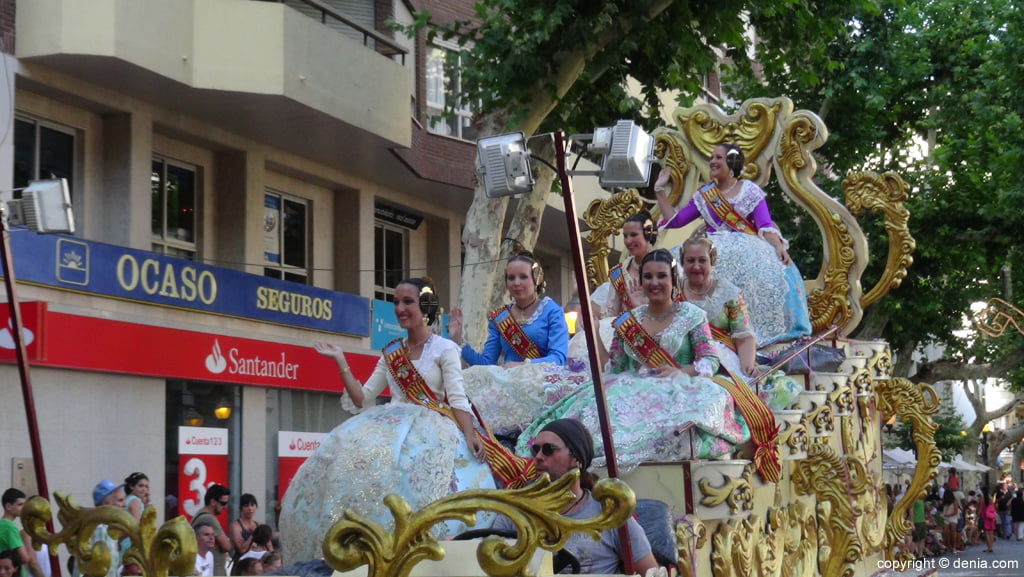 Carrozas Dénia 2015 – Fallera Mayor de Dénia y corte de honor