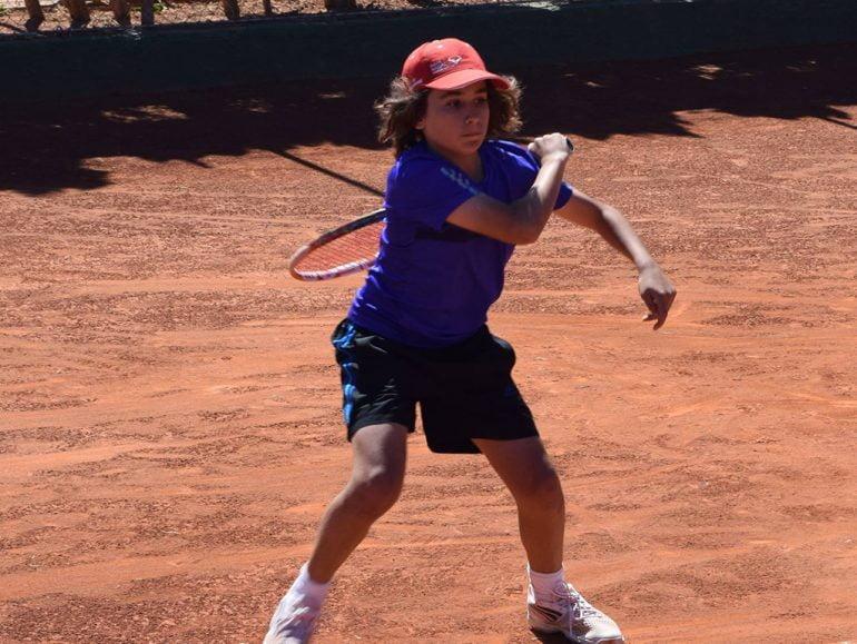 Joan Torres golpeando la bola