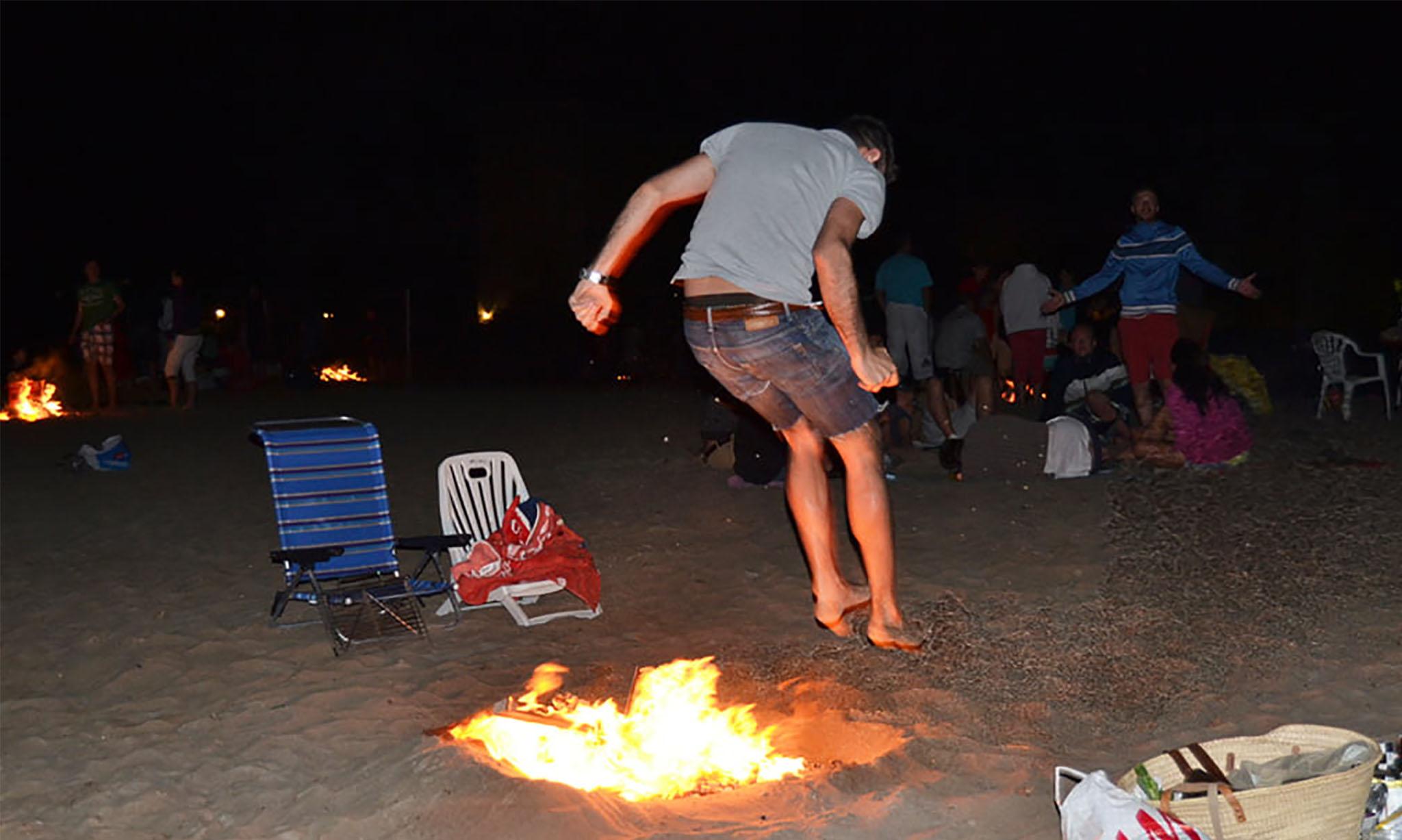 Salto de hogueras en la noche de San Juan