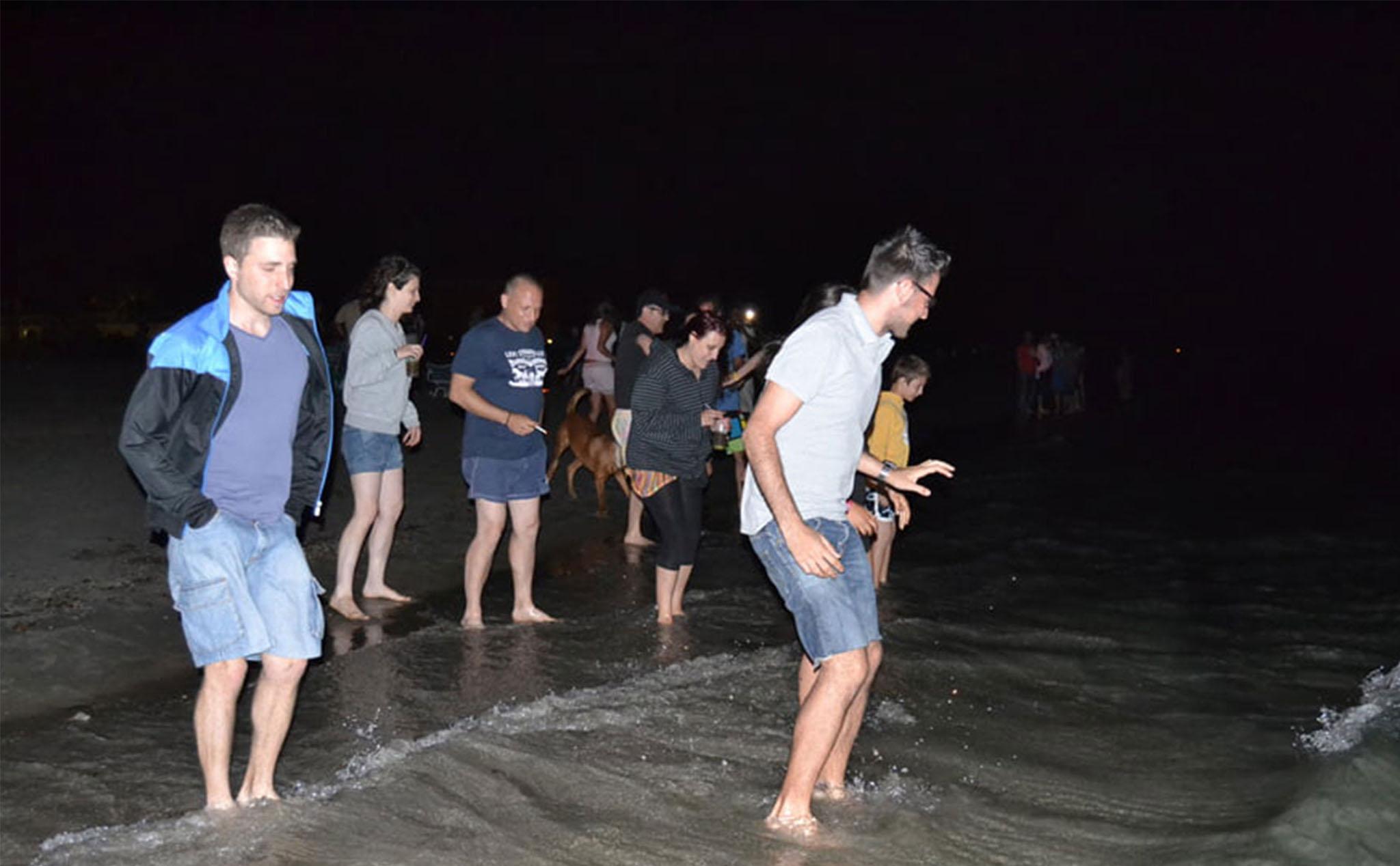 Salto de olas en la noche de San Juan
