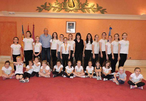 Gimnastas del CGR Dénia en el ayuntamiento