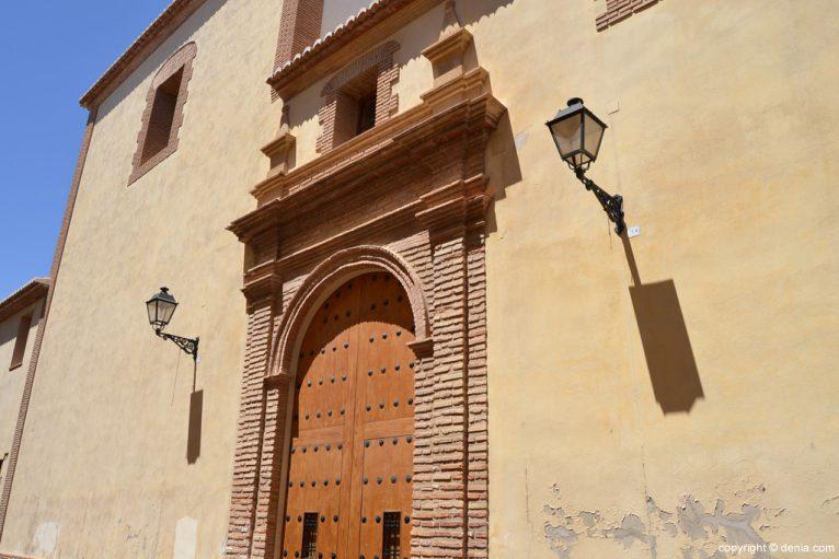 Puerta lateral de acceso a la Iglesia de las Agustinas