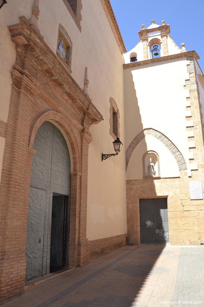 Puerta principal de la Iglesia del Loreto en Dénia