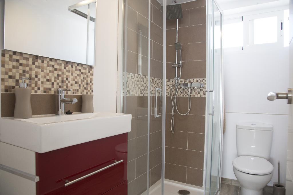 Bany estil modern Quality Rent a Vila