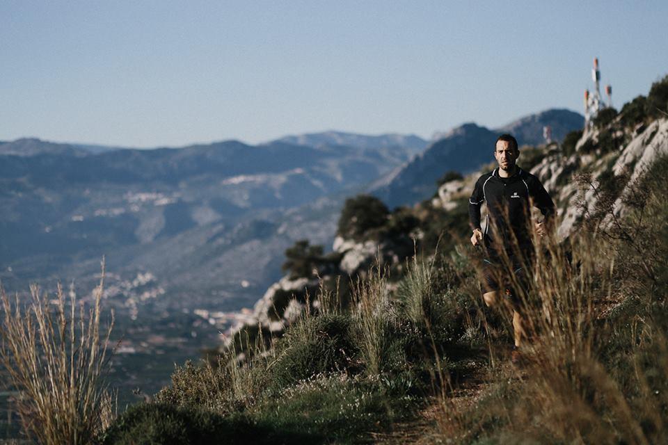 Marc Bañuls running down the mountain