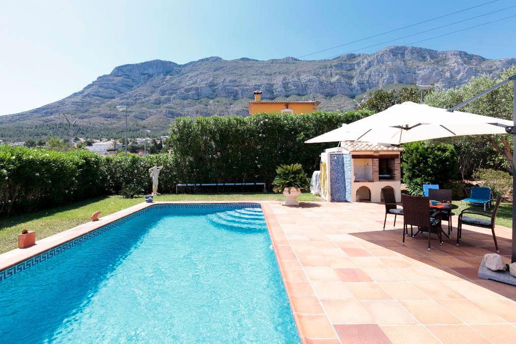 Piscina i jardí de la Casa kaba Quality Rent a Viles