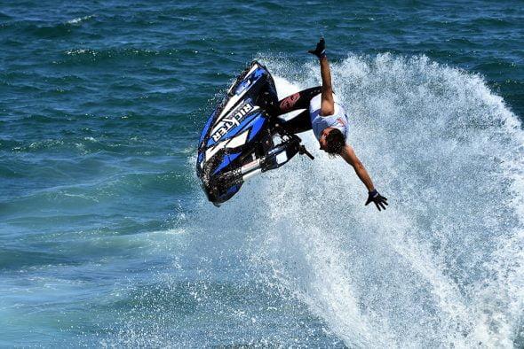 Piloto sin manos en la moto de agua