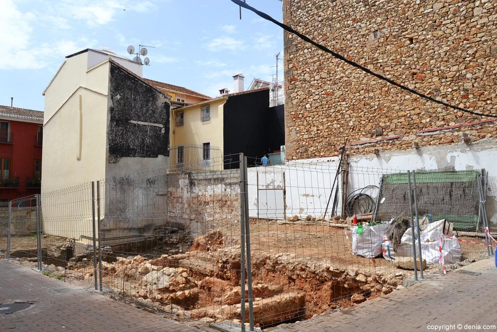 Vallado del solar con restos arqueológicos de la calle Loreto