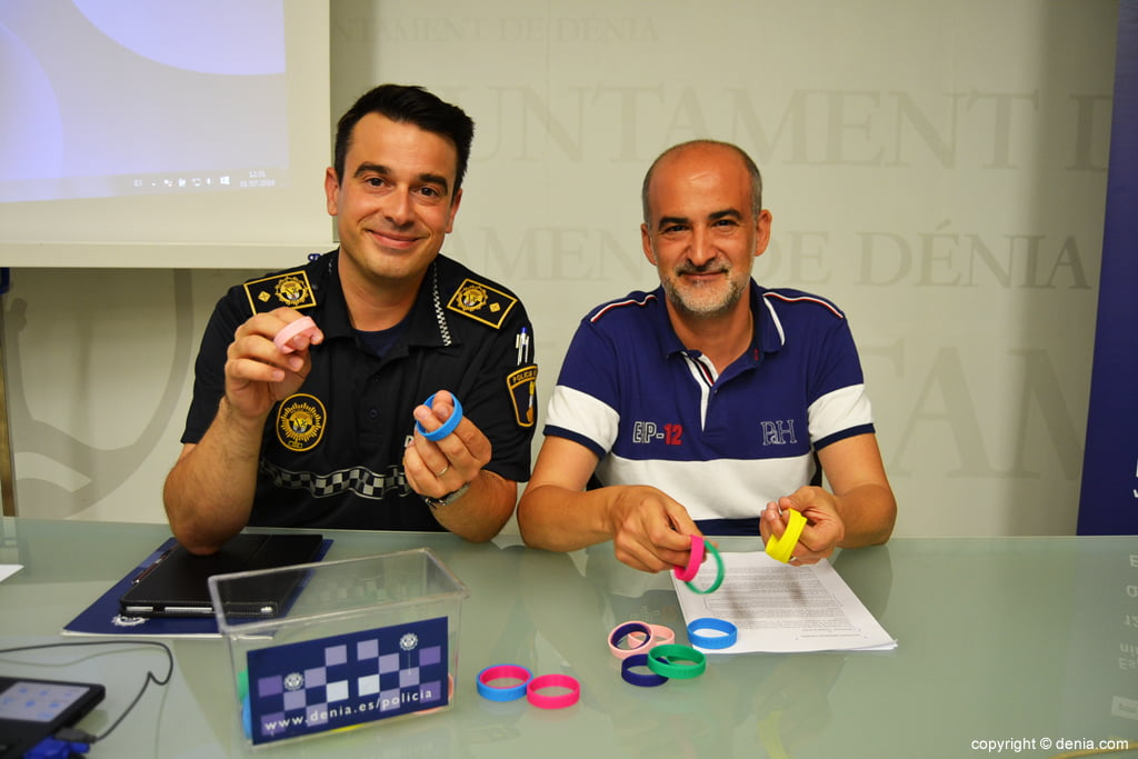 Identification bracelets to avoid loss of children in the beach of Dénia