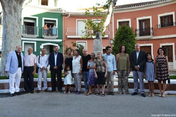 Homenaje al Tenor Cortis en Dénia - Foto de familia en la plaza