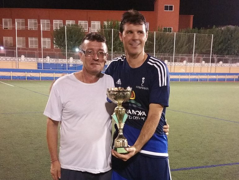 Arsenio Palenzuela handing the trophy to the captain of Kamarca Dénia