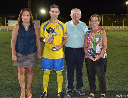 Carlos Ribes con el trofeo de campeón
