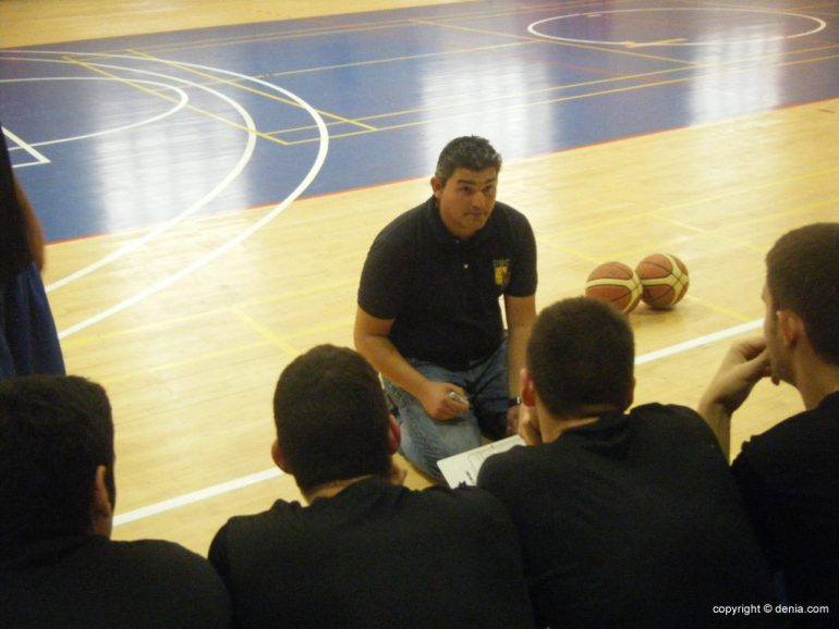 Luis Suanzes coach giving instructions to his team