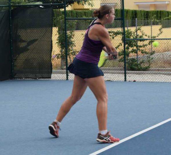 Silvia Bordes golpeando de revés