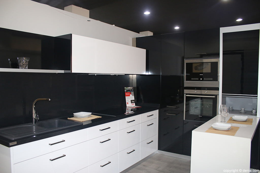 Cocina blanco y negro cocina facil d for Cocina facil para invitados