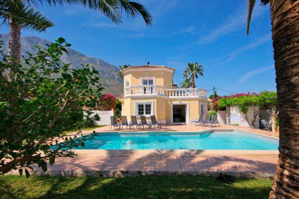 Façana-i-piscina-de-la-casa-Quality Rent a Viles