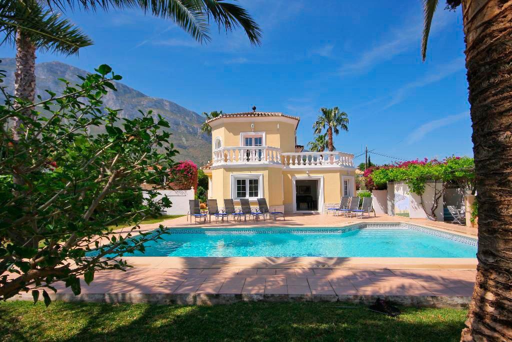 Façana i piscina de la casa-Quality Rent a Viles
