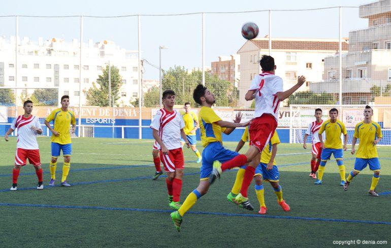 Los juveniles dianenses luchando por un balón