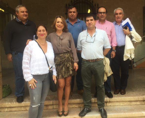 Miembros de CEDMA a las puertas del Ayuntamiento