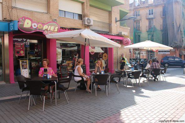Terraza Doopies & Coffee Denia