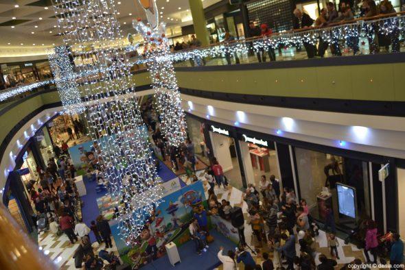 adems en la parte exterior un gran rbol de navidad flanquea la entrada al edificio para anunciar a toda la comarca que la navidad ha llegado a portal de