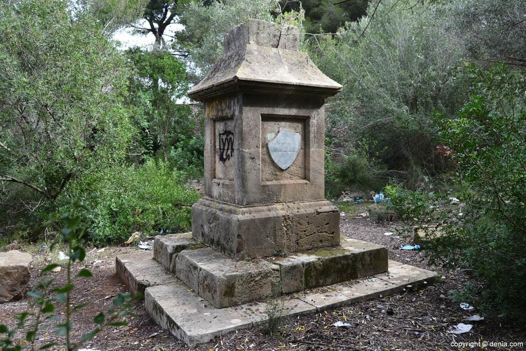 Monolito central del Cementerio de los Ingleses de Dénia