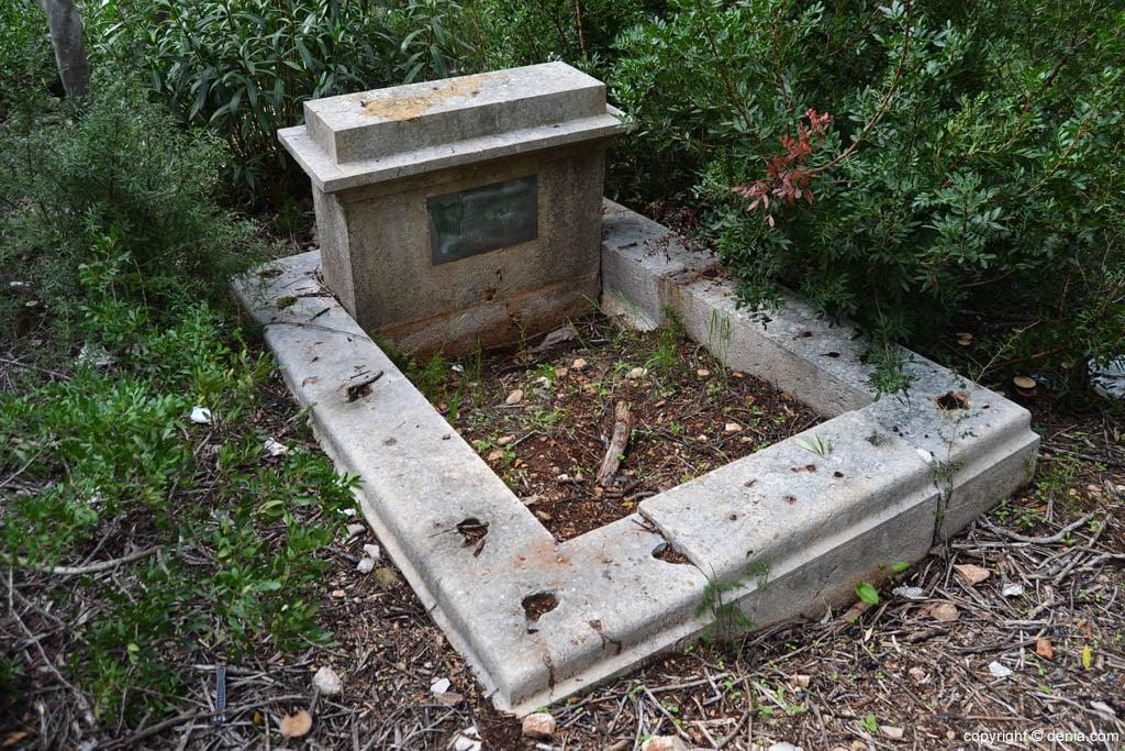 Tumba abierta en el Cementerio de los Ingleses de Dénia