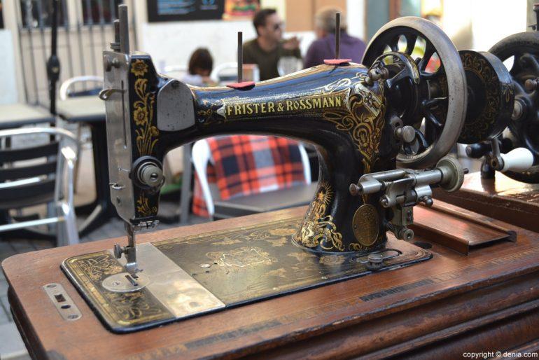 XIX Fira de la Joguina Antic de Dénia - antiga màquina de cosir