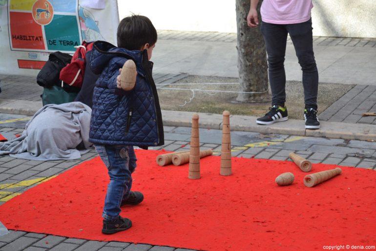 XIX Fira del Joguet Antic de Dénia - nen jugant a les bitlles