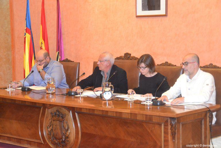 Alcalde al costat de Crespo, Ripoll i Scotto en el ple