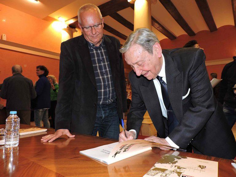 Antoni Reig Rovellet signat el llibre davant l'alcalde