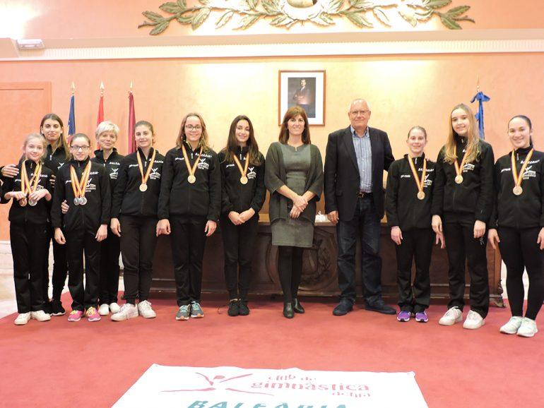 El alcalde con las gimnastas del Club Gimnàstica Dénia