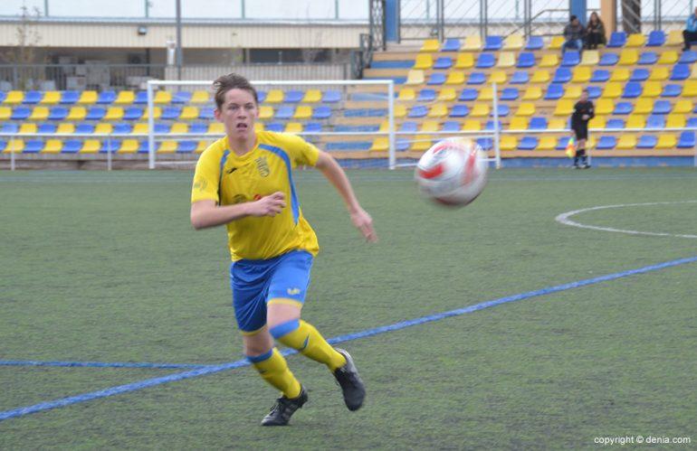 Josep Winstaley en busca de la pelota