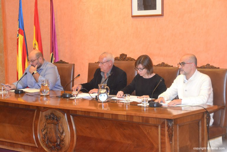 Mesa presidida por el alcalde