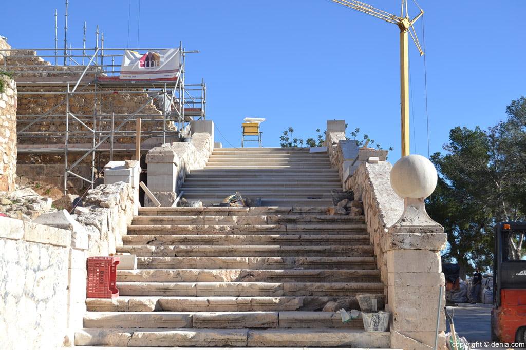 la escalera del palau del castillo de dénia coge forma en la recta