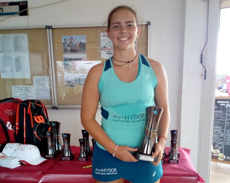 Silvia Bordes con su trofeo