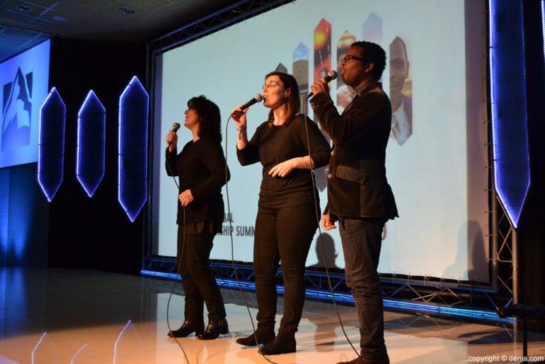 Cantantes en la inauguración de la Cumbre Internacional de Liderazgo de Dénia