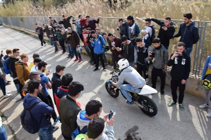 Moto de carrera en el IES María Ibars