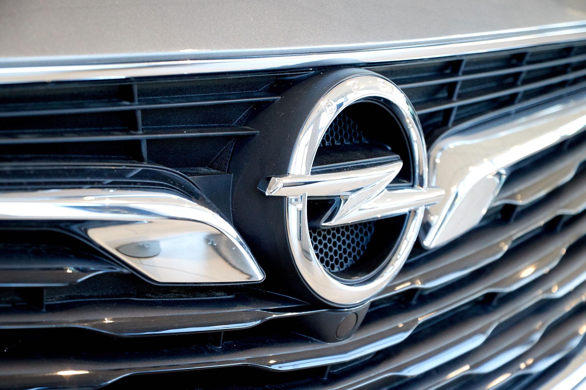 Insignia Opel en un vehículo – Auto Dénia Motors
