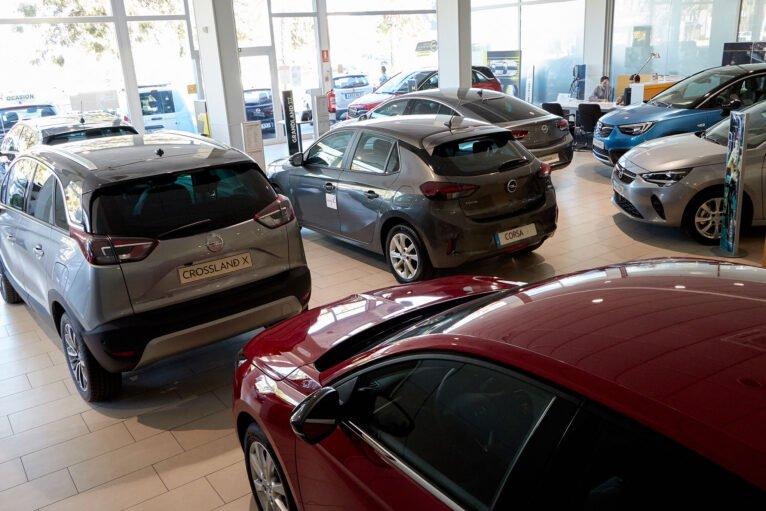 Numerosos vehículos en la exposición de Auto Dénia Motors