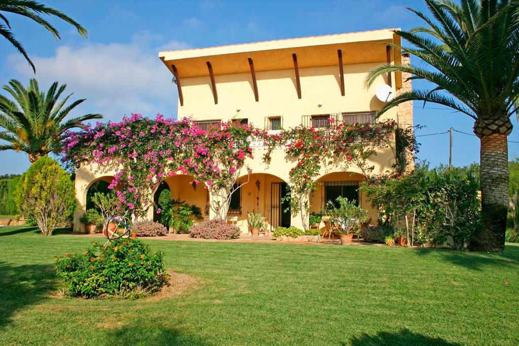 Jard n de la casa quality rent a villa d for Apartamentos villa jardin cambrils