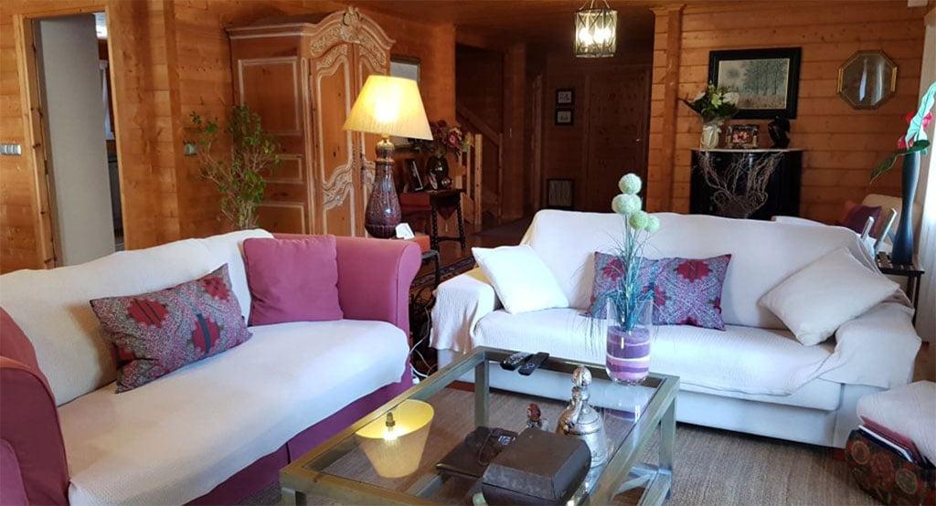 Sala de estar de la casa madera adal inmobiliaria d for Sala de estar madera